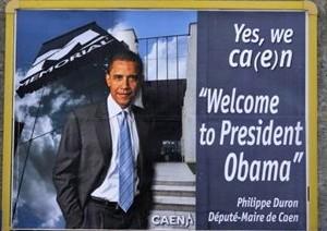 """""""Yes, we ca(e)n"""" Les affiches souhaitant la bienvenue à Barack Obama de la part du maire de Caen, fleurissent sur les façades de la région"""