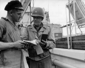 Le Major E.D. Hill et Jack Williams s'entretiennent à propos du déchargement d'un tanker - Crédit photo : Conseil Régional de Basse-Normandie / National Archives USA