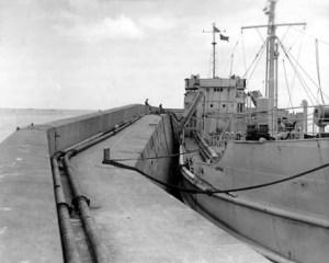 Vue du pipeline (P.O.L) que les américains mirent en place à Port-en-Bessin pour faciliter l'approvisionnement du front en essence. - Crédit photo : Conseil Régional de Basse-Normandie / National Archives USA
