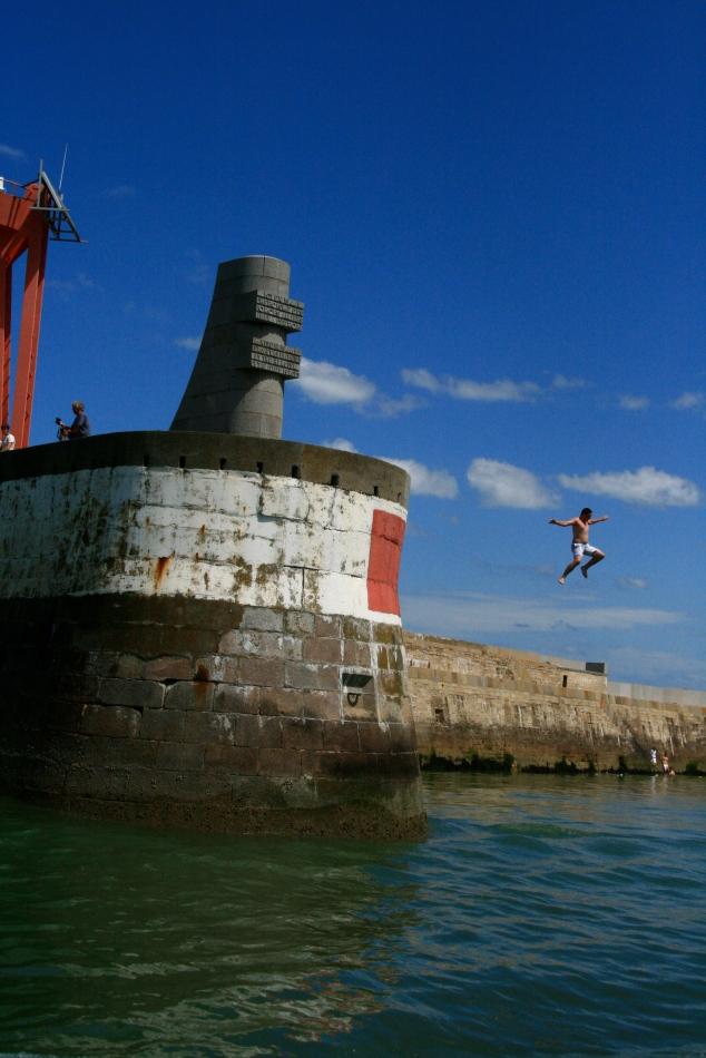Port-en-Bessin, le grand saut le 16 juillet 2009 - Crédit photo : AB