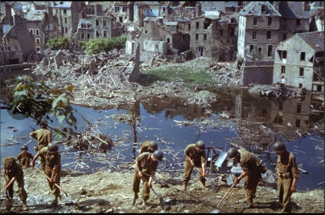 American troops clear wreckage in Saint-Lô, Normandy, 1944 Crédit-Photo : Frank Scherschel—Time & Life Pictures/Getty Images Source : http://life.time.com/history/after-d-day-unpublished-color-photos-from-normandy-summer-1944/#2